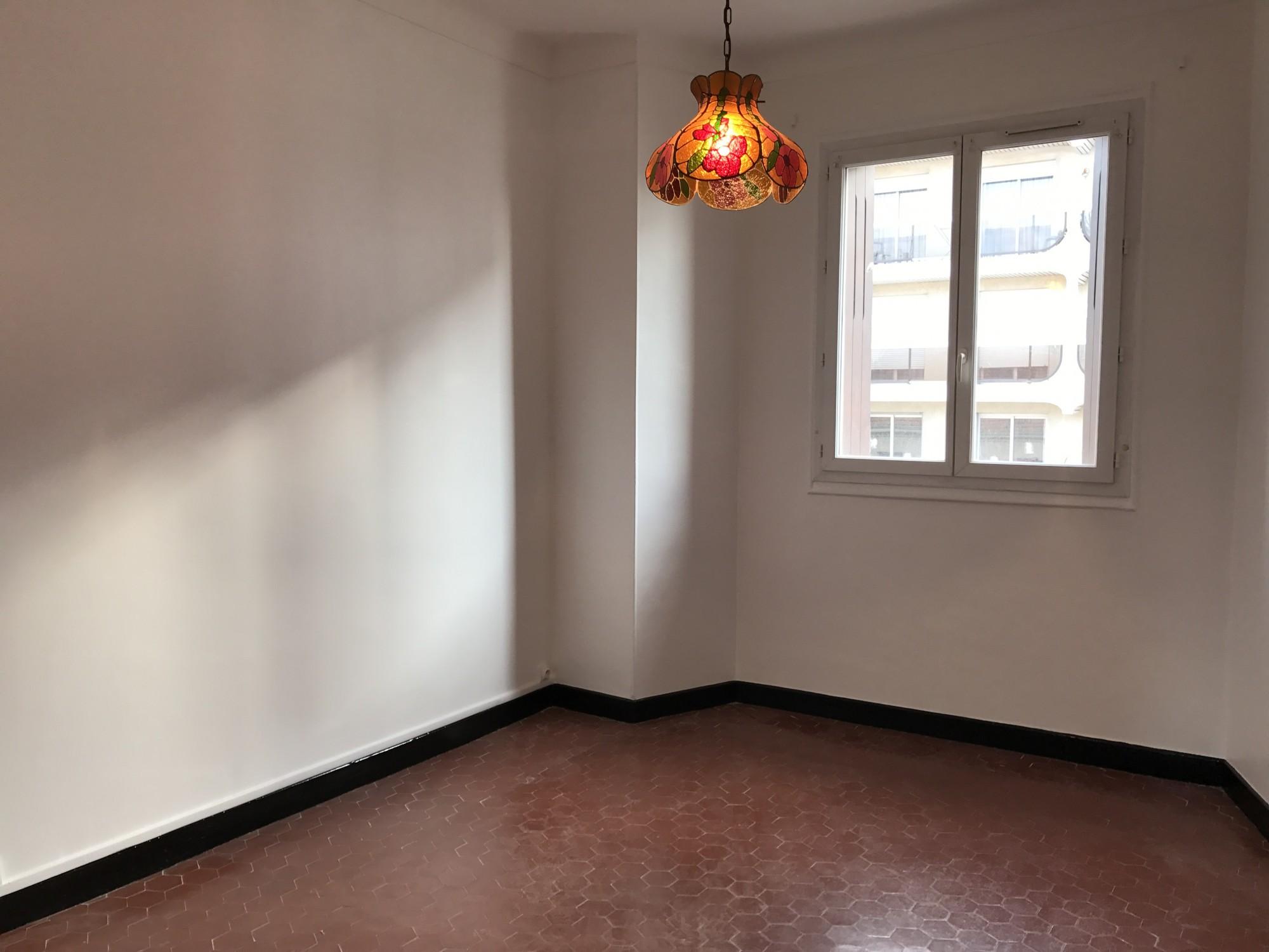 Location APPARTEMENT T2 - 13004 - Place Sébastopol, rue des Orgues - Cuisine équipée, salle de bains, traversant, cave ...