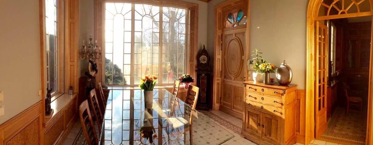 Vente Villa T9 - 13011 - A proximité des Camoins - Piscine, terrain plat  arboré, maison d' amis ...