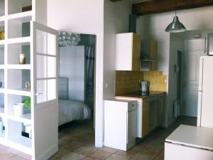 Location APPARTEMENT T2 - MARSEILLE 13007 - QUARTIER ST VICTOR  - AVENUE DE LA CORSE - MEUBLÉ, POUTRES APPARENTES, BEAUCOUP DE CHARME